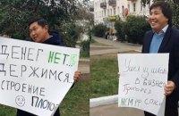 """В Бурятии задержали активистов, встречавших Медведева с плакатом """"Денег нет. Держимся"""""""