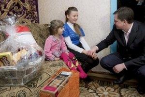 Янукович подарил девочке мобилку