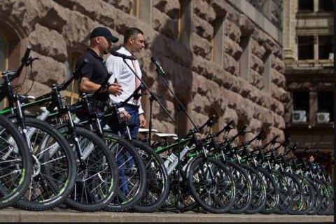 Киев подарил патрульной полиции 100 велосипедов