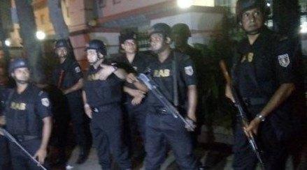 В столице Бангладеш неизвестные захватили заложников в популярном среди иностранцев кафе (обновлено)