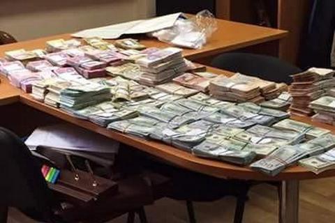 ВКиеве навзятке словили налоговиков: размещены впечатляющие фото обыска