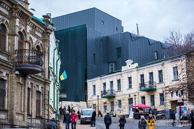 Зовнішній вигляд реконструйованого театру на Андріївському узвозі спричинив скандал