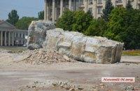 В Николаеве с большим трудом снесли постамент памятника Ленину