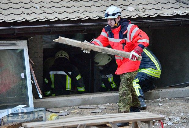 Красный Крест помогает разбирать обрушенный дом на улице Богдана Хмельницкого в Киеве