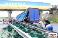 """Місцеві жителі в Стрию під банером """"Слава Україні"""" розікрали пиво з фури, що потрапила в ДТП"""