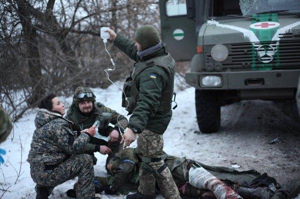 Оля Башей спасает раненого
