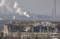 Боевики под дымовой завесой вывозят из аэропорта убитых и раненых
