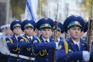 Янукович продлил срок военной службы по контракту