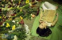 Киевляне принесли цветы к посольству Нидерландов из-за крушения Boeing 777