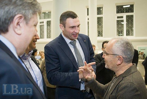 Виталий Кличко(в центре), мэр Киева и Савик Шустер(справа), журналист