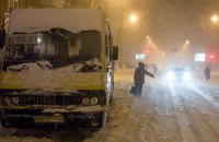 В Харьковской области в сугробе застрял школьный автобус, везший детей на олимпиаду