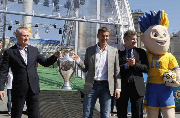 После футбольного триумфа Украину ждет сложная избирательная кампания