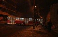 В Киеве трамвай сошел с рельсов и стал поперек улицы