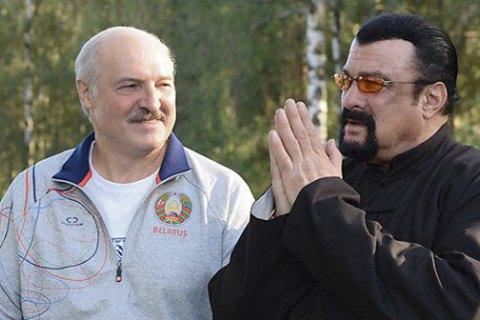 Стивен Сигал продегустировал морковь в гостях у Лукашенко