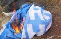 В Черкассах публично сожгли флаг Партии регионов