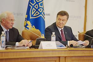 Янукович сделал Азарову выговор за привлекательность
