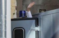 Автозак с Тимошенко забросали цветами