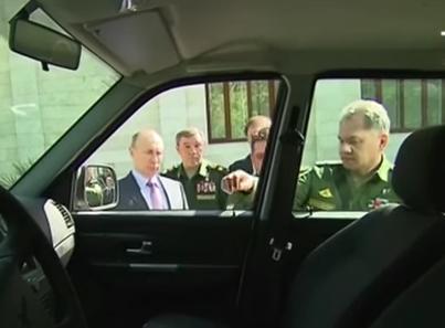 """Российский генерал оторвал ручку двери, показывая УАЗ """"Патриот"""" Путину"""