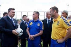 Янукович перед вылетом в Варшаву встретился со сборной Украины по футболу