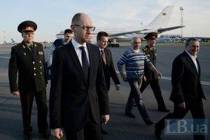 Яценюк посетил лагерь АТО в районе Славянска и передал БТРы (обновлено)