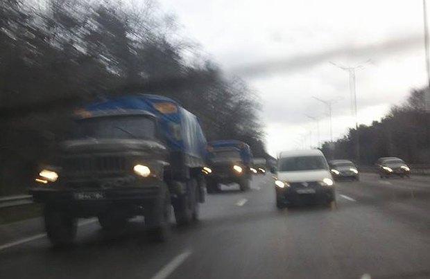 Колонна из 5 армейских камазов, едущая по Бориспольской в центр