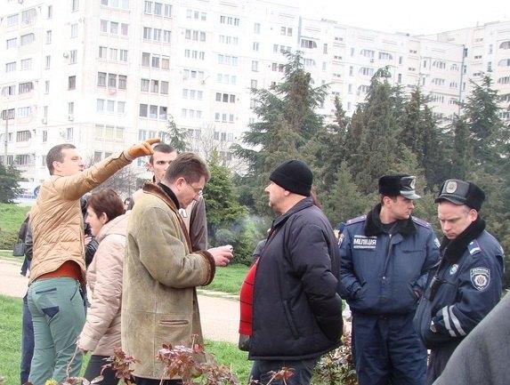 Иван Комелов - мужчина в очках слева от сотрудников милиции и человека в черной шапке, фото предоставлено автором блога