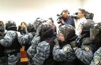 """""""Беркут"""" силой вытеснил депутатов из суда"""