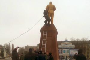 В Сумской области нардеп свалил Ленина с постамента