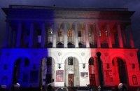 На консерватории в Киеве зажгли подсветку в виде французского флага