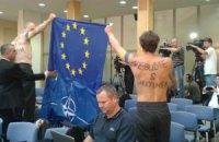 В Чехии проукраинские активисты оголились перед премьер-министром