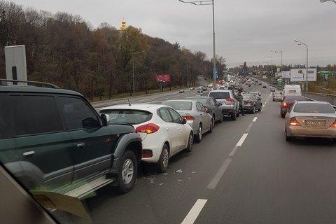 11 авто столкнулись вКиеве: появилось фото, видео