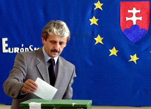 Миколаш Дзуринда во время голосования на референдуме о вступлении Словакии в ЕС в 2003 г.