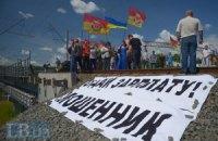 Строители ж/д моста на Выдубичах перекрыли его шинами из-за долгов по зарплате