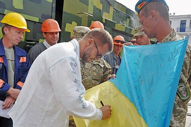 Андрей Вадатурский во время передачи обновленной на <<Нибулоне>> техники военнослужащим с 79-й отдельной аэромобильной бригады от