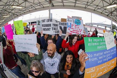 Обвинитель Вашингтона подаст всуд наТрампа зауказ против мигрантов