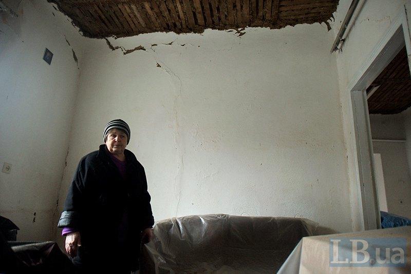 Бабуся дівчинки показує будинок всередині
