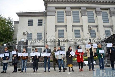 Возле посольства РФ прошла акция с требованием расследовать исчезновения и убийства в Крыму