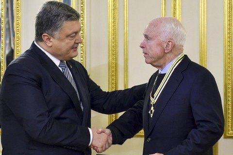 Порошенко вручил Маккейну орден