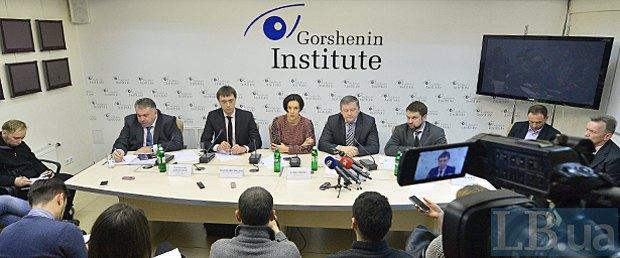 Зліва направо: Олександр Завгородній, Володимир Омелян, Соня Кошкіна, Сергій Михальчук, Андрій Рязанцев.