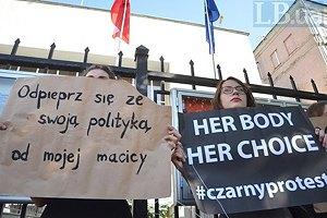 В Киеве провели акцию против запрета абортов в Польше