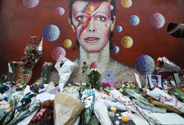 Поклонники несут цветы к стене в лондонском районе Брикстон, где Боуи родился
