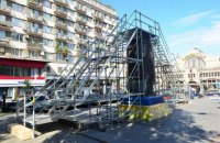 В Киеве установили лестницу на постамент, где стоял памятник Ленину
