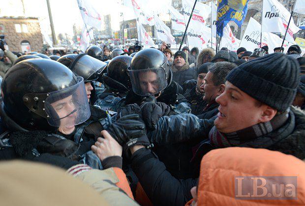 Нардеп Іллєнко (у шапочці) на мітингу