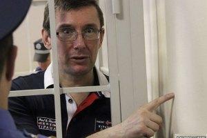 Тюремщики жалуются, что Луценко их шантажирует