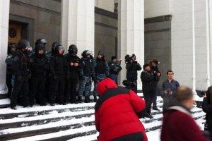 """""""Свободовцы"""" выломали входные двери Рады"""