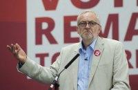 Британские лейбористы отказались менять лидера