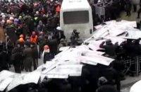 Митингующие оттянули автобус силовиков на Грушевского. Началась драка (онлайн)