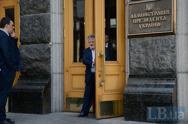 Игорь Коломойский выходит из здания АП после совещания