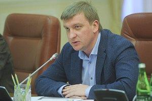 Кабмин уволит часть чиновников после подписания закона о люстрации, - Петренко