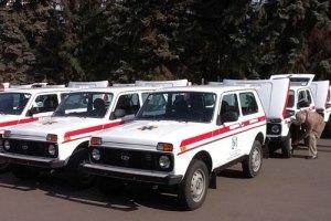 Азаров привез днепропетровским медикам китайские автомобили